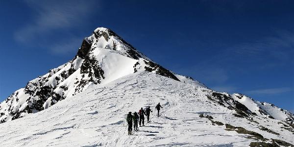 Windzeichen am Ostrücken zum Zischgeles (3004 m).