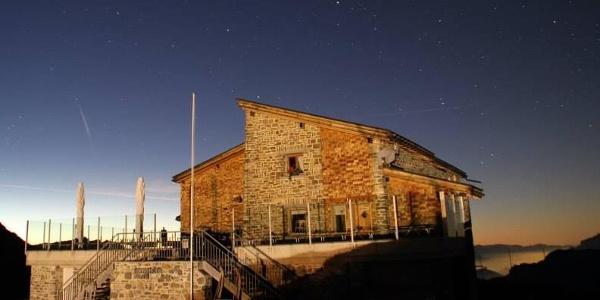 Die Hörnli-Hütte vor dem Nachthimmel