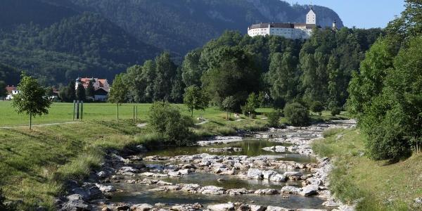 Der Fluss Prien in Aschau vor Schloss Hohenaschau