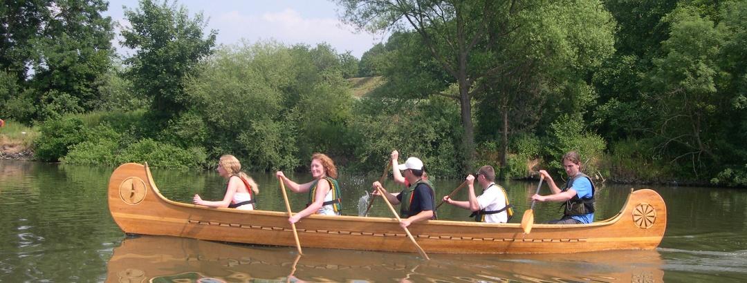 Holzpaddelboot auf der Saale