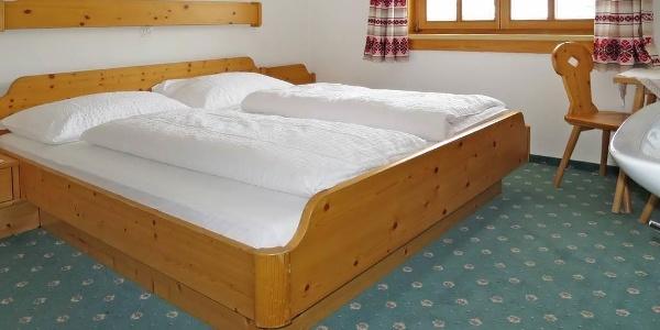 Schlafzimmer m