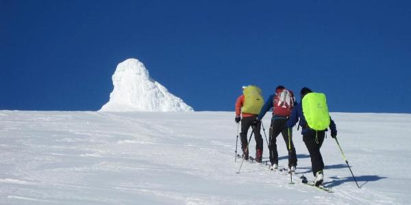 man geht direkt auf den Gipfelpilz zu