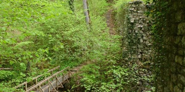 """Holzbrücke über den Volkenbach und Pfeiler der """"Römerbrücke"""""""