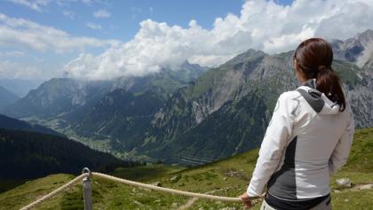 Tiefblick von der Kaltenberghütte ins Klostertal.