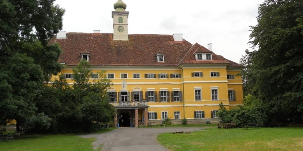 Das Schloss Poppendorf beherbergt auch ein Gasthaus (nur Getränke).