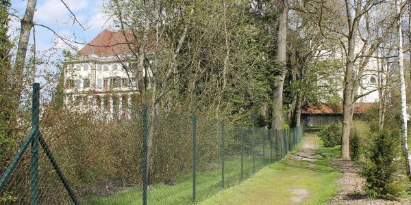 Der Wanderweg entlang des Schlossparks