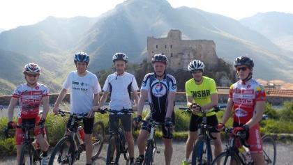 fietsers aan Rocca Barbena