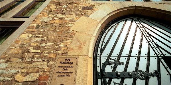 Marmor, Stein und Eisen bricht.... Die Stadtwaage beherbergt heute das Standesamt. Ihre Fassade ist aus Kalkstein gemauert, der aus den Steinbrüchen am Westerberg stammt. Ihr Markenzeichen ist der Treppen- oder Staffelgiebel