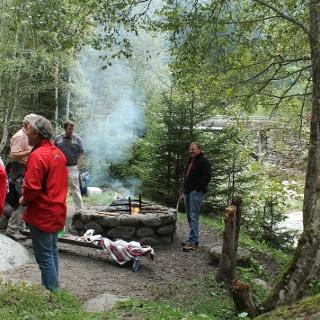 Schweizerfamilie-Feuerstelle am rhein