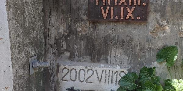 Árvízi jelek a Rév utca végén