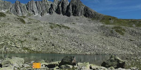 Schroffe Felsen hinter dem See