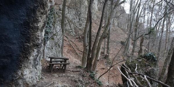 Kint is leülhetünk, sőt sütögethetünk a Sólyom-kői barlangszállás előtt