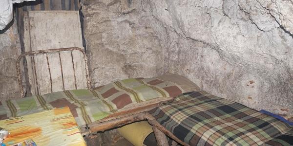 A berendezés szegényes, de teljesen korrekt (Sólyom-kői barlangszállás)