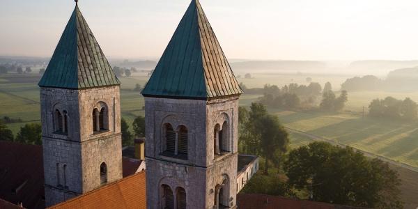 Morgendämmerung bei der ehemaligen Klosterkirche in Biburg im Hopfenland Hallertau