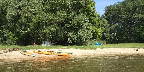 A táborhely a víz felől