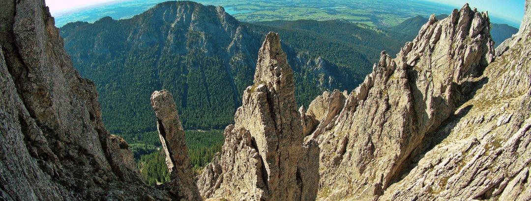Nicht in den Dolomiten, sondern in den Ammergauer Alpen stehen diese wilden Felstürme.