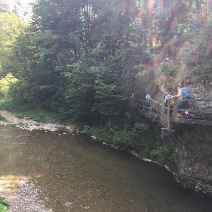 Über den Fluß mit Brücken und Stege.