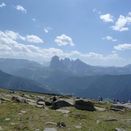 Ausblick vom Ausser Raschötz Gipfel auf die Langkofel Gruppe
