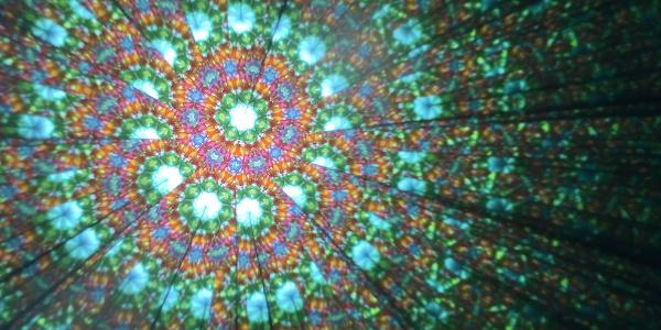 Im klassischen Kaleidoskop formen bunte Kugeln und Perlen unendliche Muster