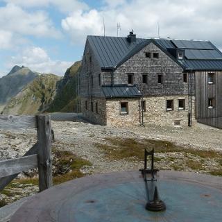 An der Hagener Hütte lässt sich mit der Panoramascheibe das umliegende Gebirgspanorama bestimmen