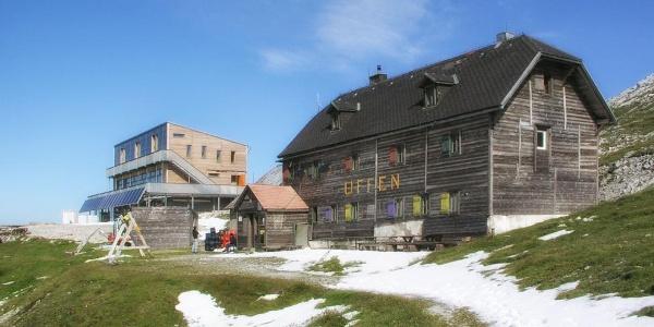 Altes Schiestlhaus, das bis 2002 in Betrieb war und nunmehr durch das neue (im Bildhintergrund) ersetzt wurde