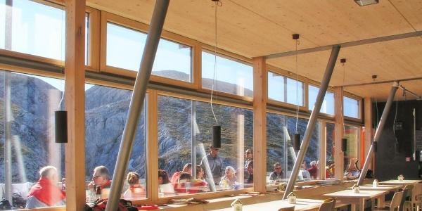 Schiestlhaus Gasstube in Südlage mit Blick auf den Gipfel des Hochschwab