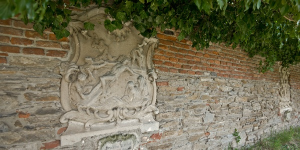 A Kálvária templom kerítésének falában a lebontott stációk domborművei láthatók
