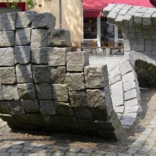 """""""Welle"""" in der Fußgängerzone von Zeven (Martina Benz, Granit, 2002)"""