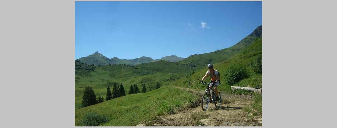 Prächtiger Höhenweg nach der Alp Mädems
