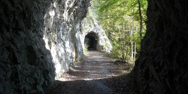 Blick aus einem Felstunnel