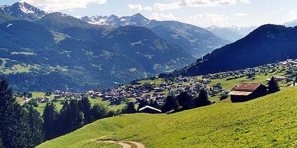 Naturstrasse Plumarscha mit Blick auf Brigels