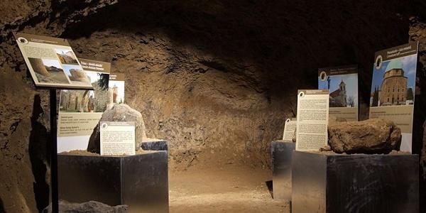 Kiállítás a tettyei Mésztufa-barlangban