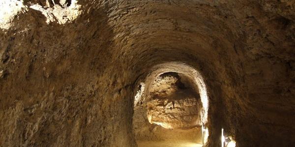 Folyosó a föld alatt a tettyei Mésztufa-barlangban