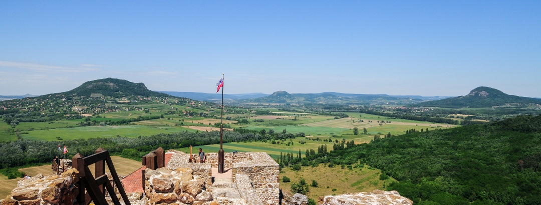 A Tapolcai-medence tanúhegyei a szigligeti várból
