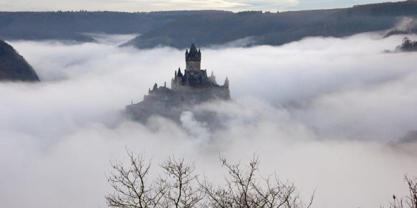 Nebel über dem Moseltal – Herausragend: Die Reichsburg Cochem