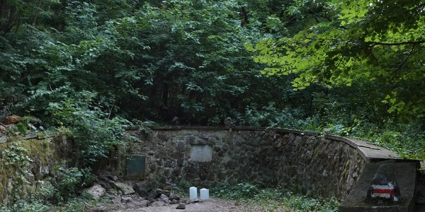 A fal aljában található a foglalat