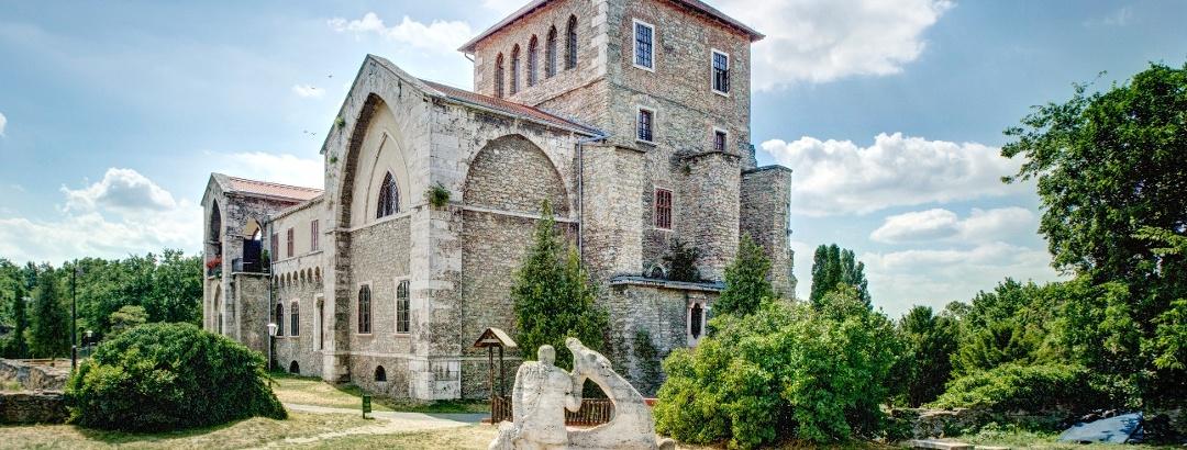 Die Burg in Tata