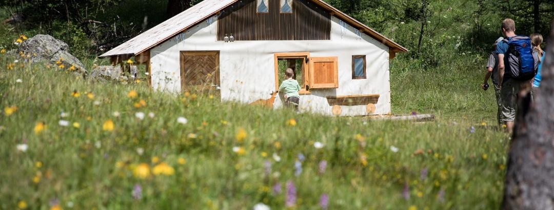 Endlich geschafft! Das Maiensäss mit der Plumpa erwartet die grossen und kleinen Besucher.