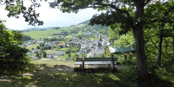 Unterwegs auf dem Medebacher Bergweg: Blick vom Kreuzberg auf Düdinghausen