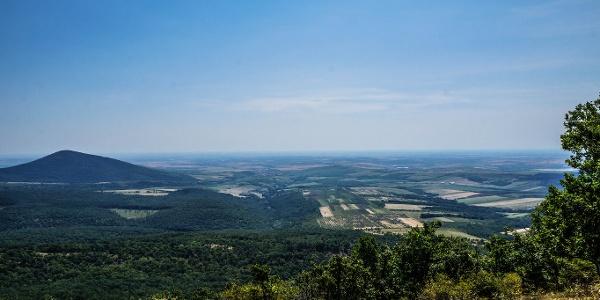 A hegylábnál Gyöngyöspata látszik