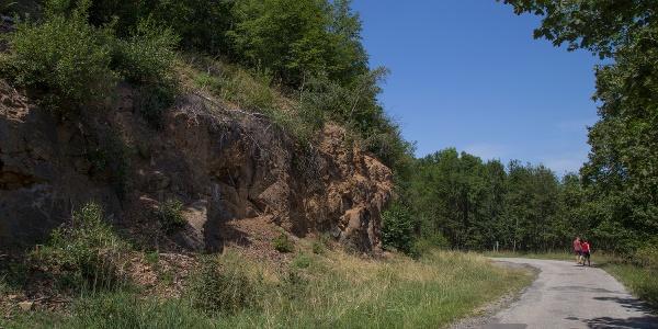 Egy sziklafal mellett található a kilátópont