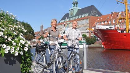 Fahrradfahrer am Delft in Emden
