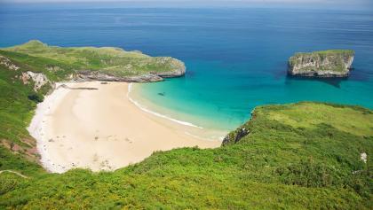 der türkisblaue Atlantik trifft am Playa Ballota auf weißen Sand.