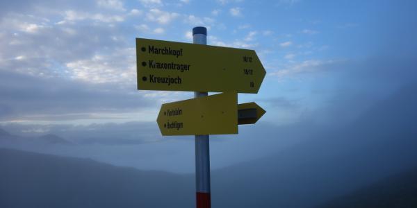 Hier rechts abbiegen und über den breiten Grad aufsteigen.