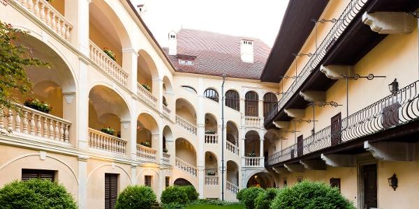 Innenhof des Schlosshotels Obermayerhofen