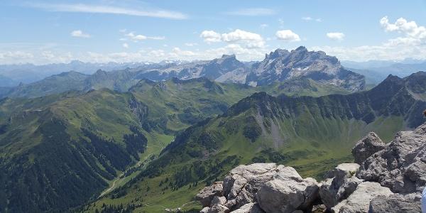Grandiose Rundumsicht - Richtung Drusenstock und Silvretta