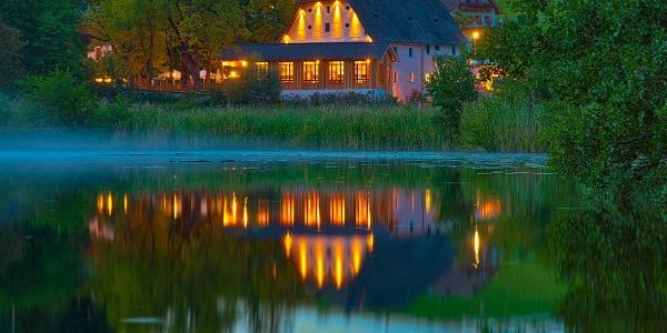 Nacht beim Klosterweirt Höglwörth