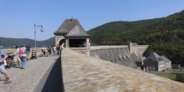 Herrliche Ausblicke von der Staumauer auf den See