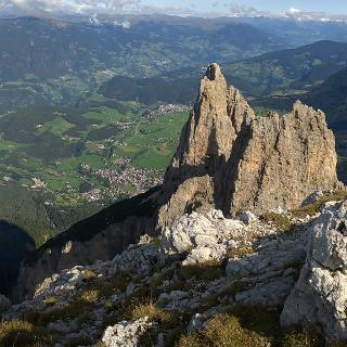 Blick von der Burgstallkante zur Saltner Spitze und nach Seis hinab
