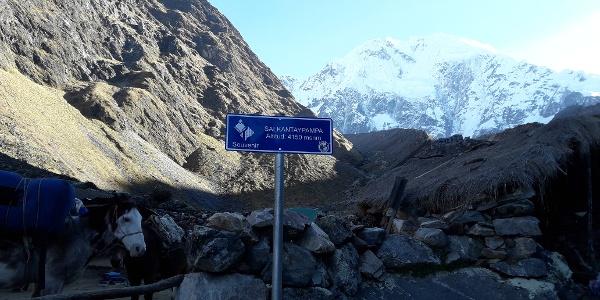 Señal situada junto al glaciar, justo antes de comenzar la subida al punto más alto de la ruta